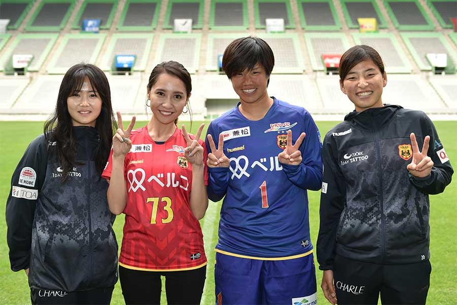 赤﨑さん(左から2人目)とINAC神戸の選手たち (C)INAC KOBE LEONESSA(Photo By T.Inoue)