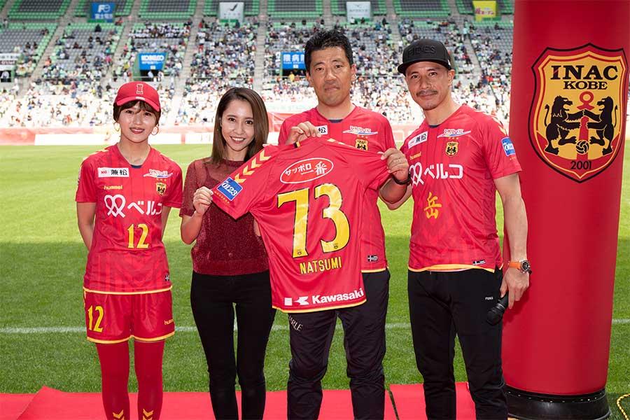 ユニホームを受け取る赤﨑さん(左から2人目) D.GOTO