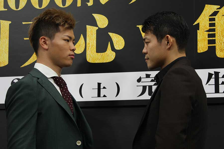 那須川天心(左)と亀田興毅。フェイスオフには緊張が走った【写真:吉原知也】