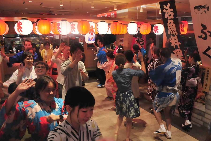 言葉はいらない盆踊りは、世界共通のエンターテイメント