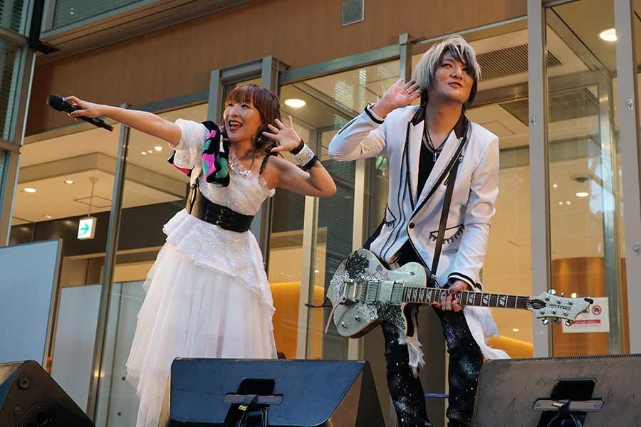 「angela」のライブ。atsuko(左)とKATSUはパワフルな演奏を披露した