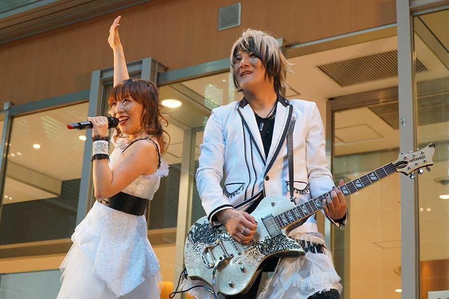 angelaが埼玉でフリーライブ 原点の地で「突っ走る」と新たな誓い