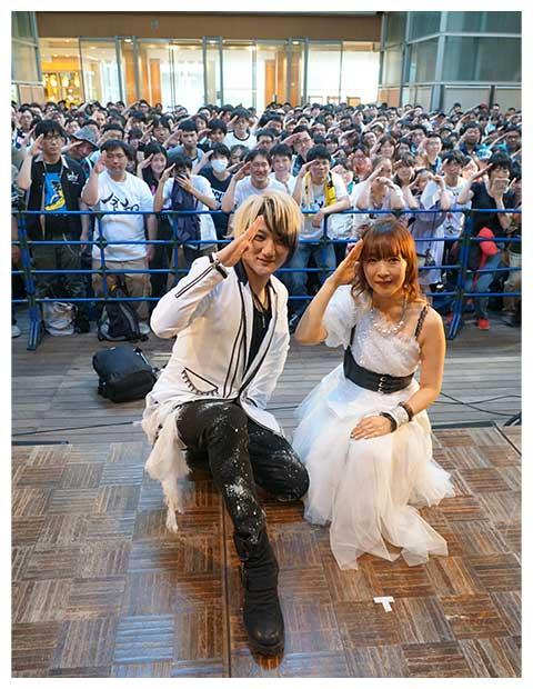 「angela」のKATSU(左)は、ファンに結婚を生報告した