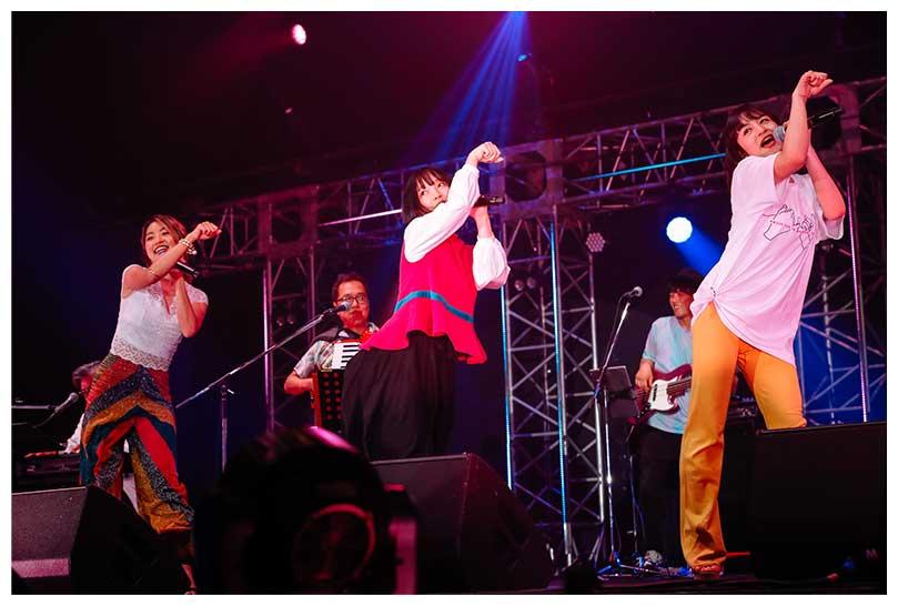 『TOKYO GIRL』を歌って踊る(左から)Rihwa、佐々木萌、山出愛子【写真:上山陽介】