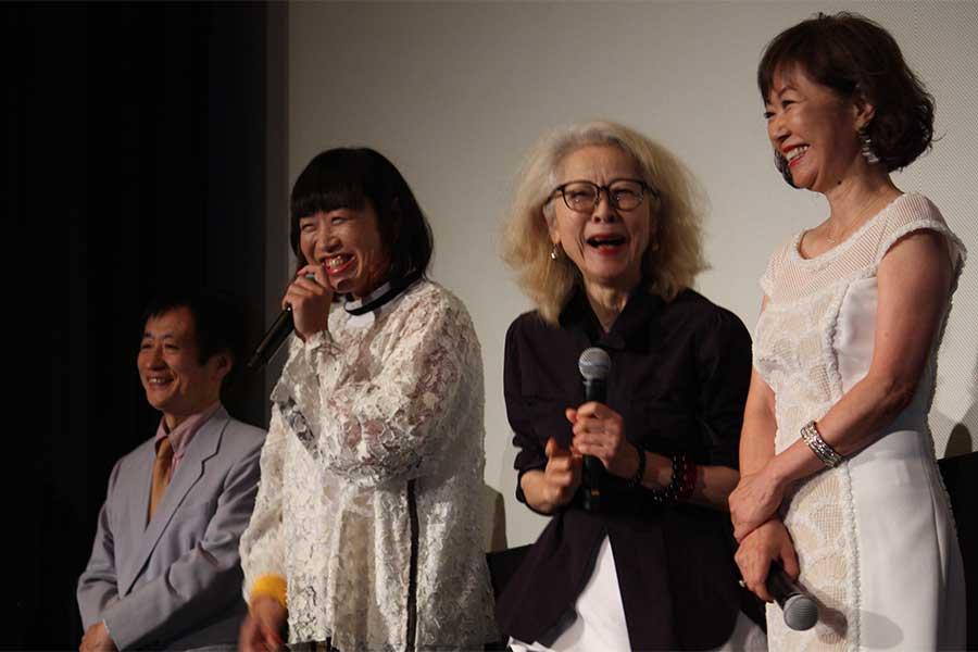 「エリカ38」舞台あいさつ 山崎静代(左から2番目)のお笑いトークで、木内みどり(左から3番目)や浅田美代子(右端)は思わず笑顔