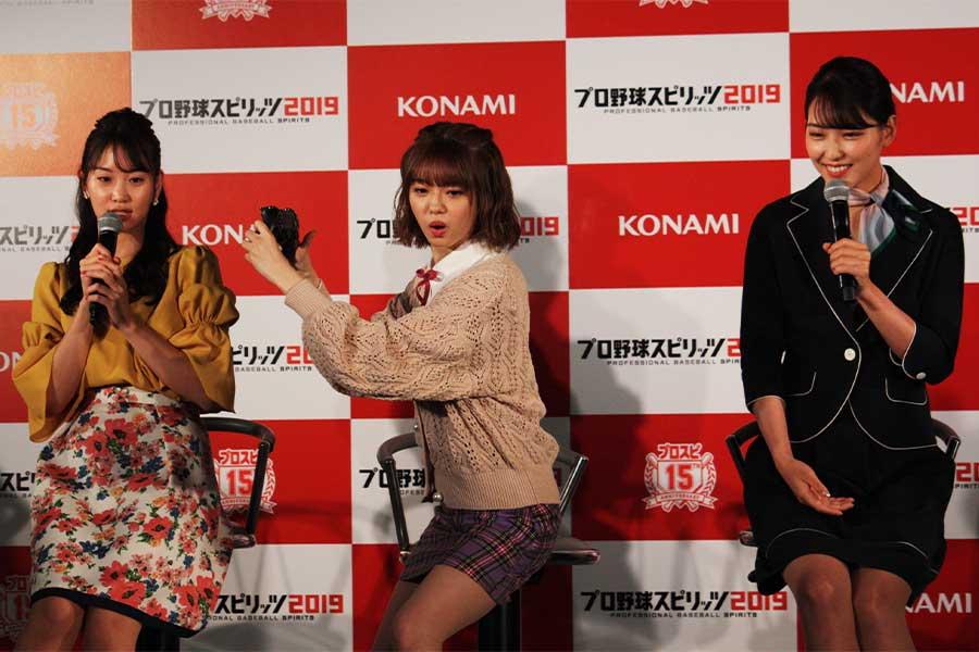 市川美織(中央)は独特なポーズで「ホームラン競争」に挑戦。見守る永尾まりや(左)と原あや香