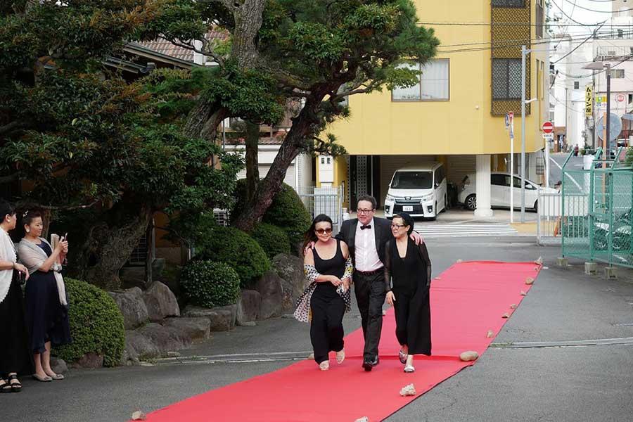 レッドカーペットを歩く桃井かおり(右)