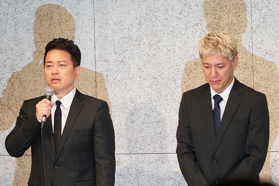 謝罪会見を行う宮迫博之(左)と田村亮