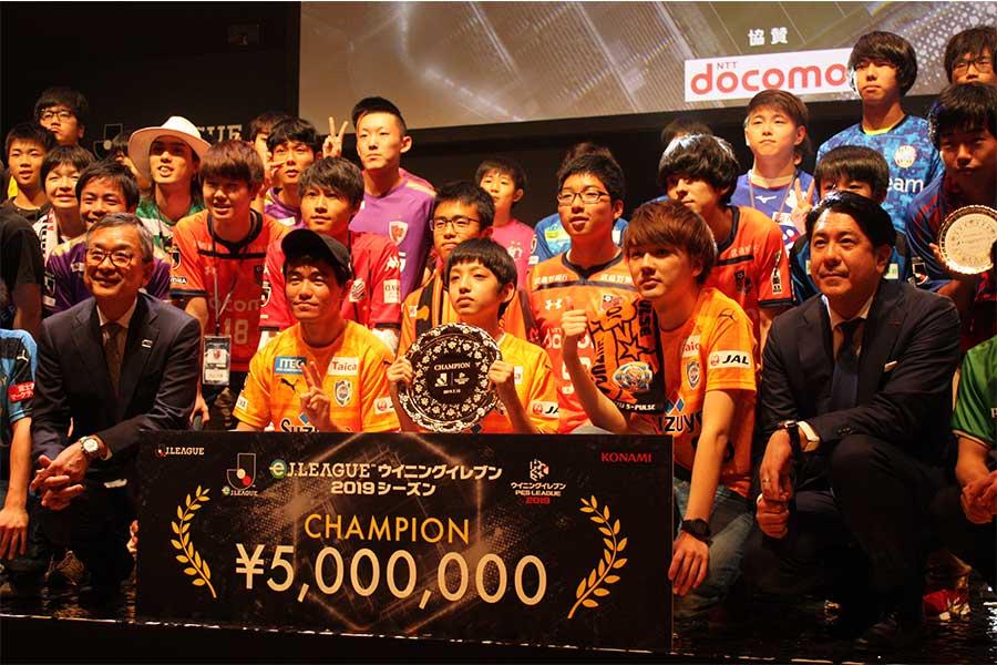 """ゲーマーとスポーツの""""二刀流"""" eスポーツ大会の優勝チームはサッカー少年たちだった"""