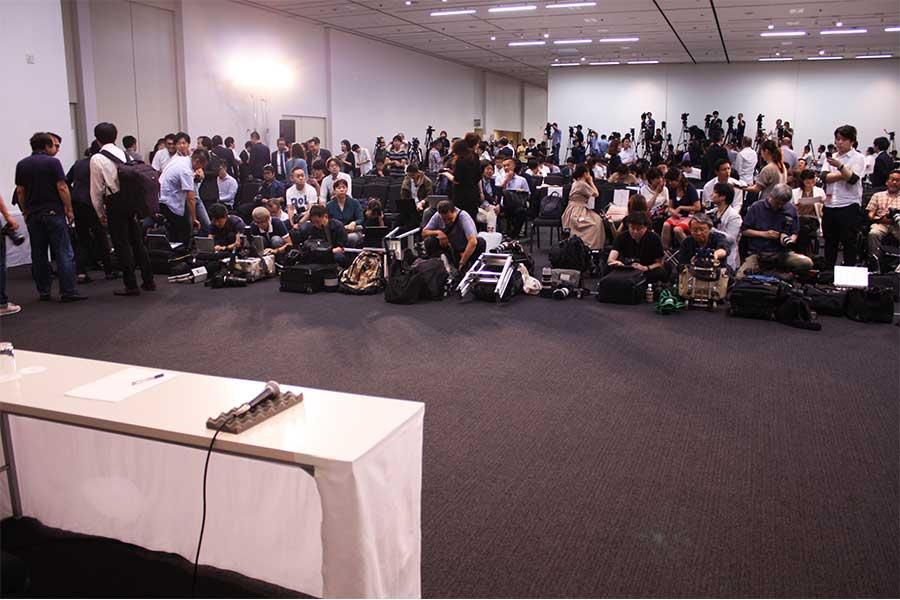 岡本社長の会見には数多くのメディアが駆け付けた
