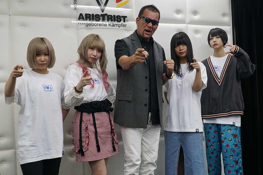 会見した蝶野正洋と「ゆるめるモ!」のメンバー