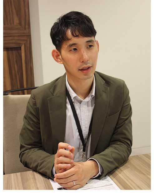 舞台芸術事業部の藤澤恵太部長。M-1出場経験の芸人としての顔を持つ