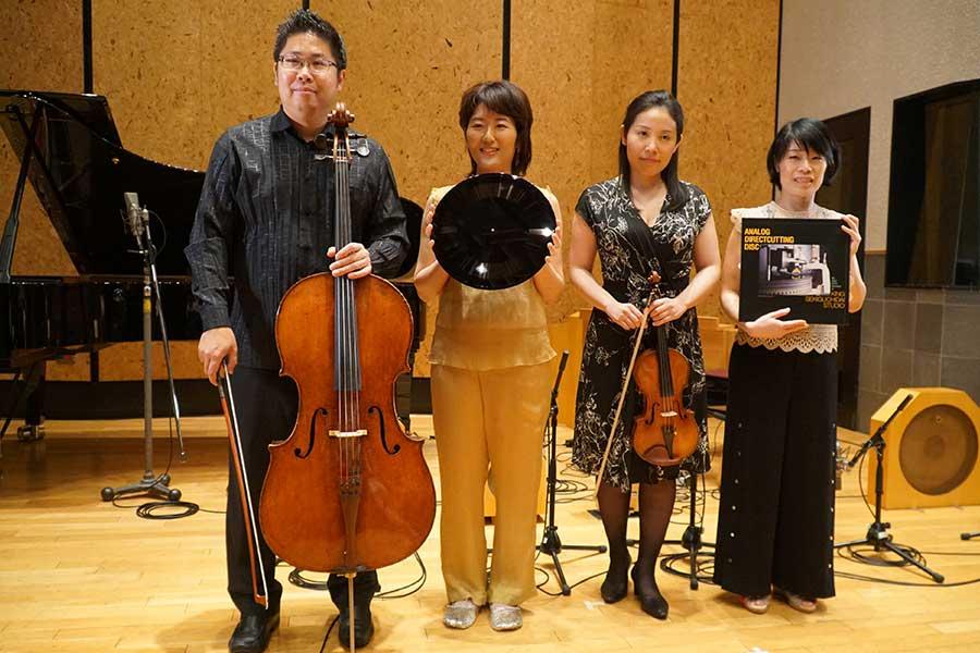 ダイレクトカッティング実演会に参加した(左から)チェロ奏者の辻本玲氏、オンド・マルトノ奏者の大矢素子氏、バイオリン奏者の米元響子氏、ピアノ奏者の上原彩子氏