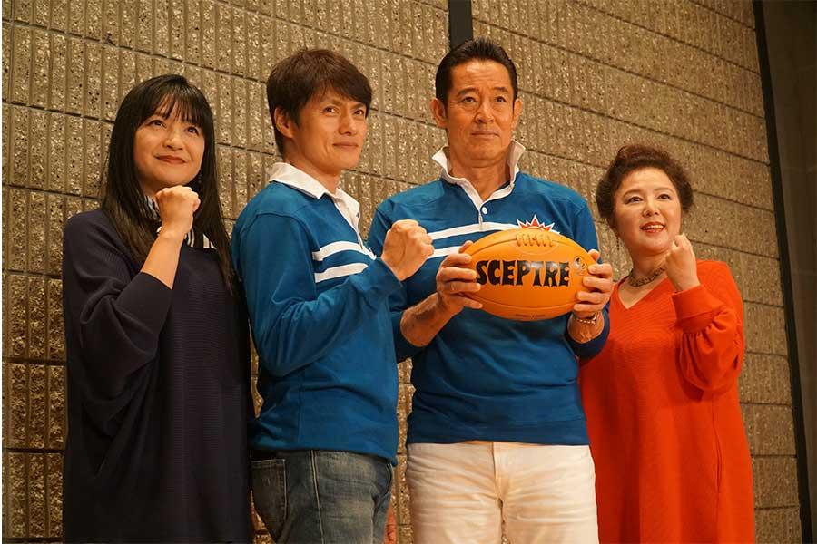 ドラマ「泣き虫先生の7年戦争 スクール☆ウォーズ」に出演した(左から)伊藤かずえ、松村雄基、山下真司と、主題歌「ヒーロー」を担当した麻倉未稀