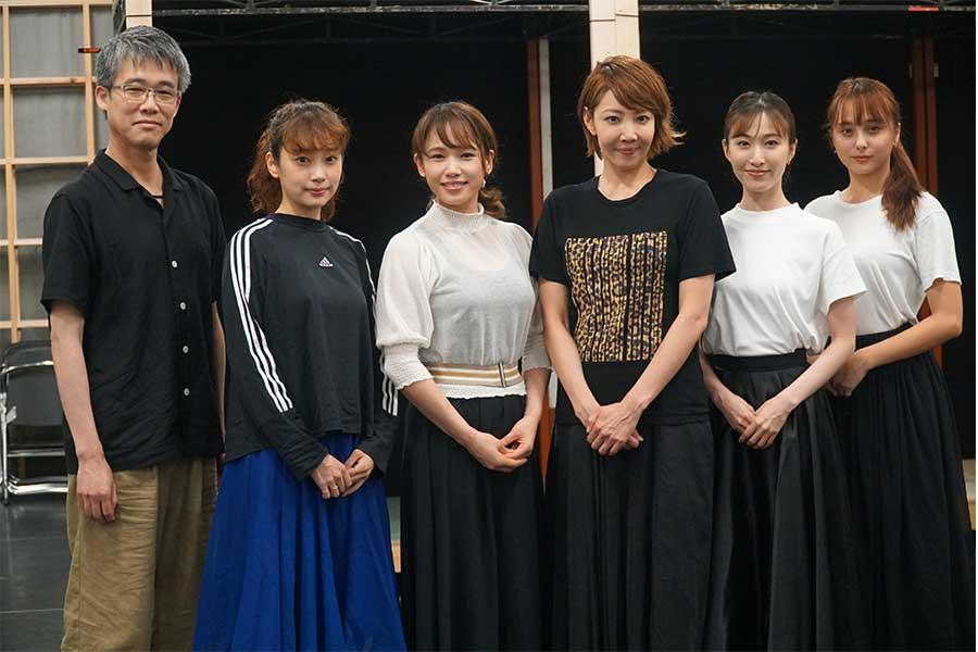 (左から)日本版脚本・演出の板垣恭一氏、清水くるみ、ソニン、柚希礼音、実咲凛音、石田ニコル