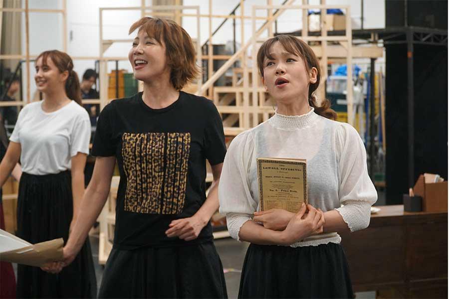 「FACTORY GIRLS~私が描く物語~」 主演の柚希礼音(中央)とソニン(右)