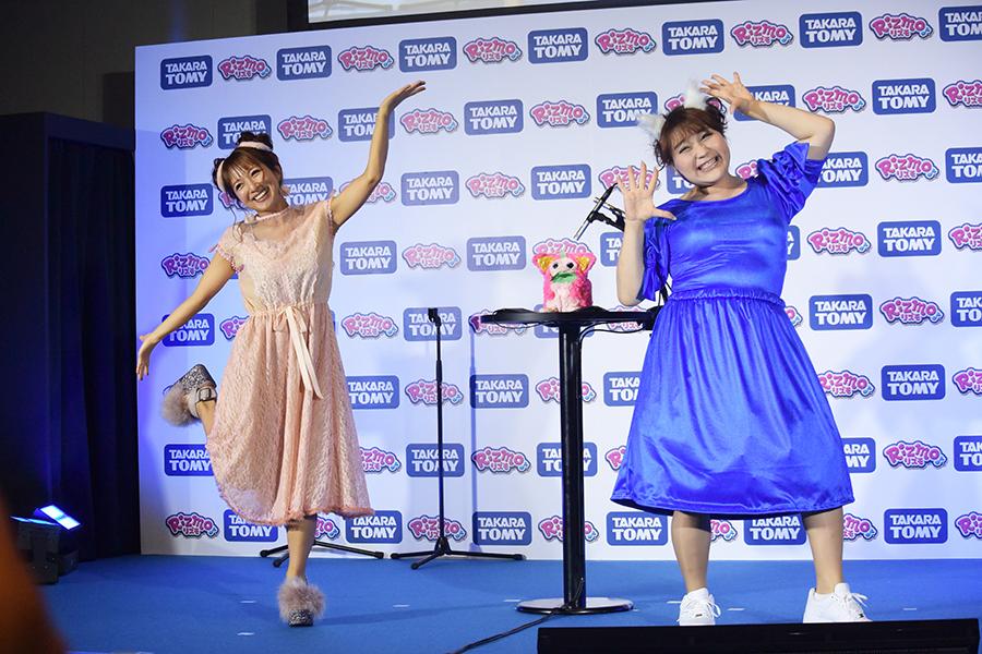 辻(左)とりんごちゃんがダンス