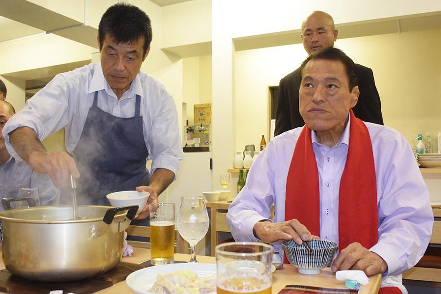 宮戸氏(左)のちゃんこを頬張る猪木氏