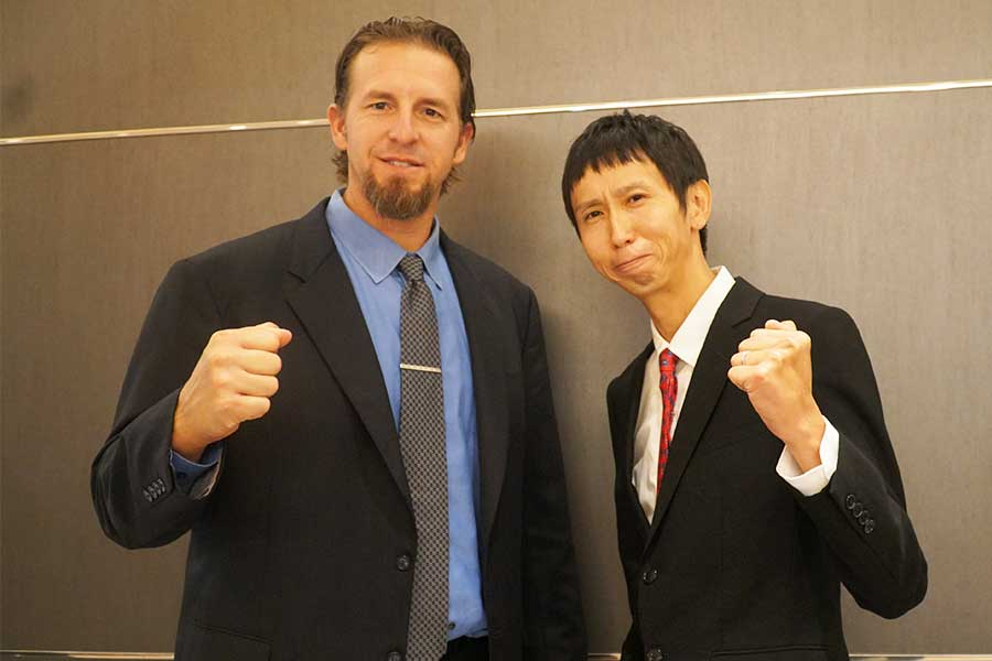 広島OBのブラッド・エルドレッド氏(左)と、アンガールズの山根良顕
