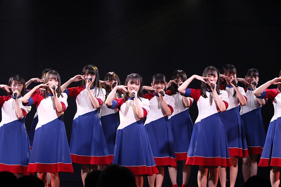 船上特別劇場にてパフォーマンスを披露するSTU48