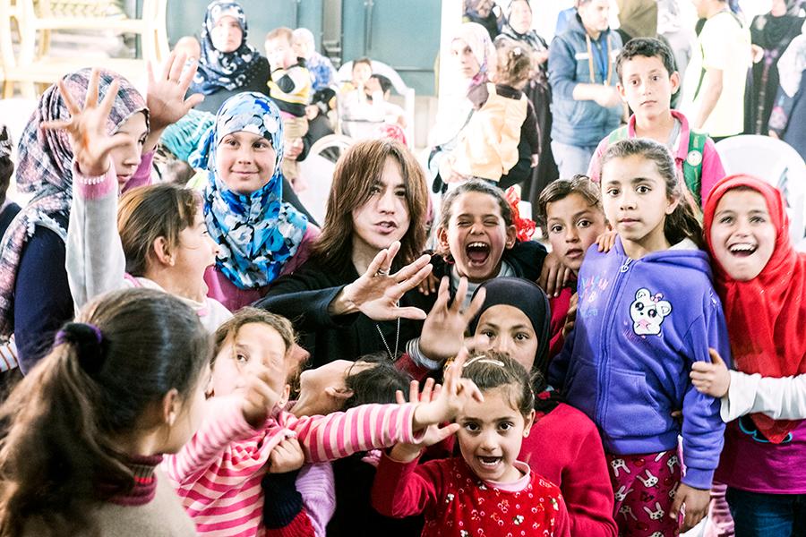 SUGIZO激白「苦しんでいる人たちに手を差し伸べるべき」今年も難民キャンプ訪問
