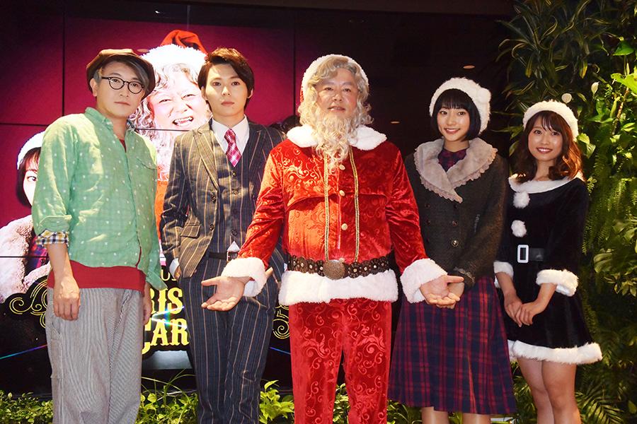 堀江氏(中央)はサンタクロースの衣装を披露