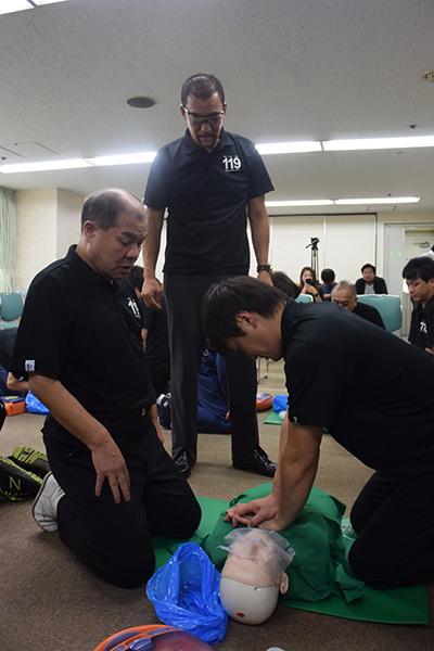 講習を受ける和田レフェリー、蝶野(左から)