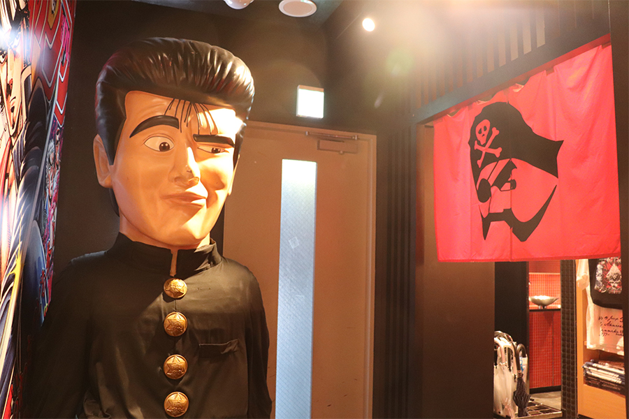 展示物は期間ごとに変化。取材時は前田太尊の巨大像がお出迎え
