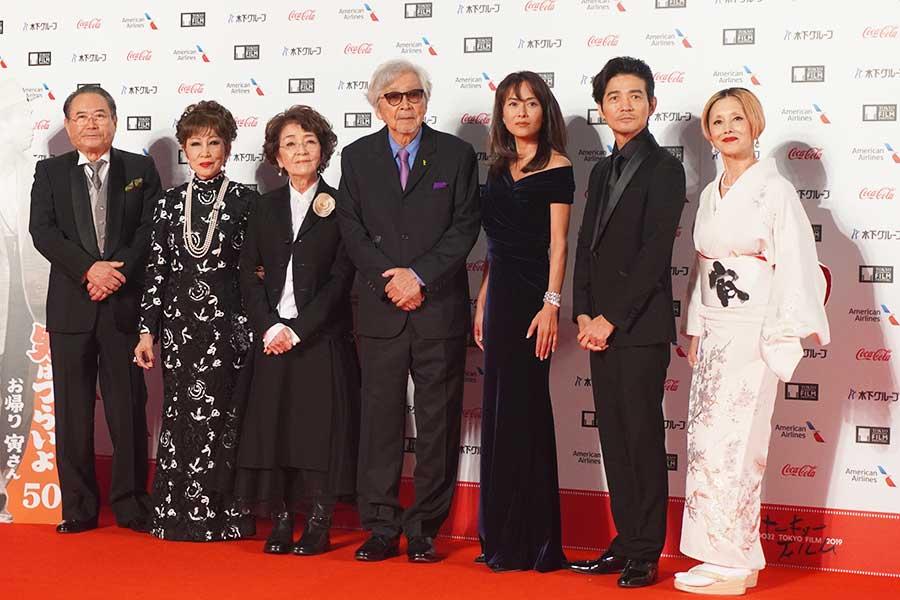 レッドカーペットを歩いた「男はつらいよ―」の山田洋次監督(中央)