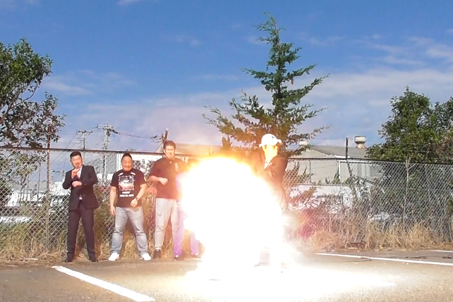 """【動画あり】大仁田厚が""""ハロウィン式""""爆破実験を決行 カボチャ片で顔面流血も"""