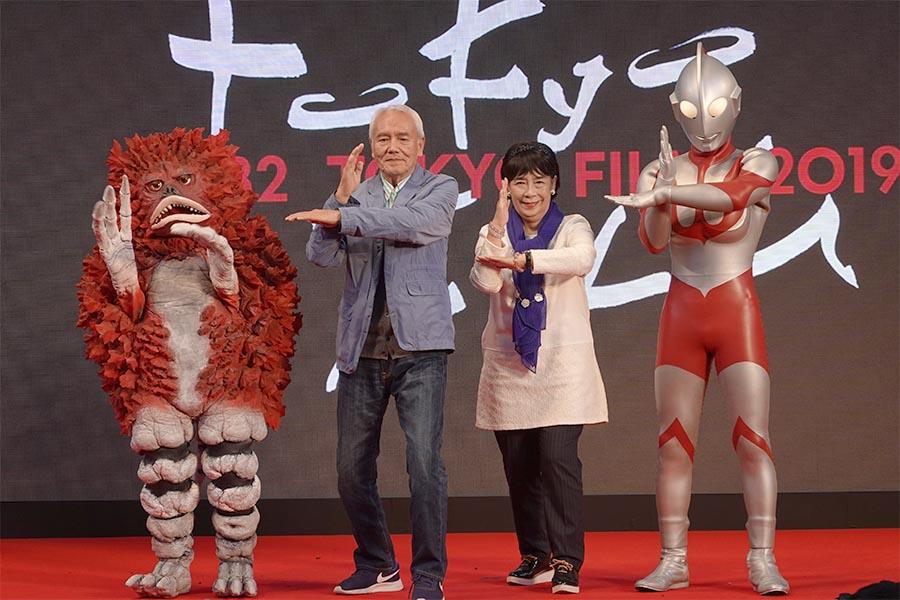 黒部進と桜井浩子はウルトラマンたちとスペシウム光線の決めポーズ