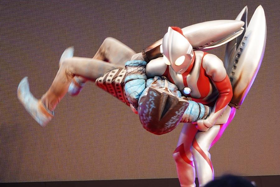 ステージではウルトラマンによるアクション演技も