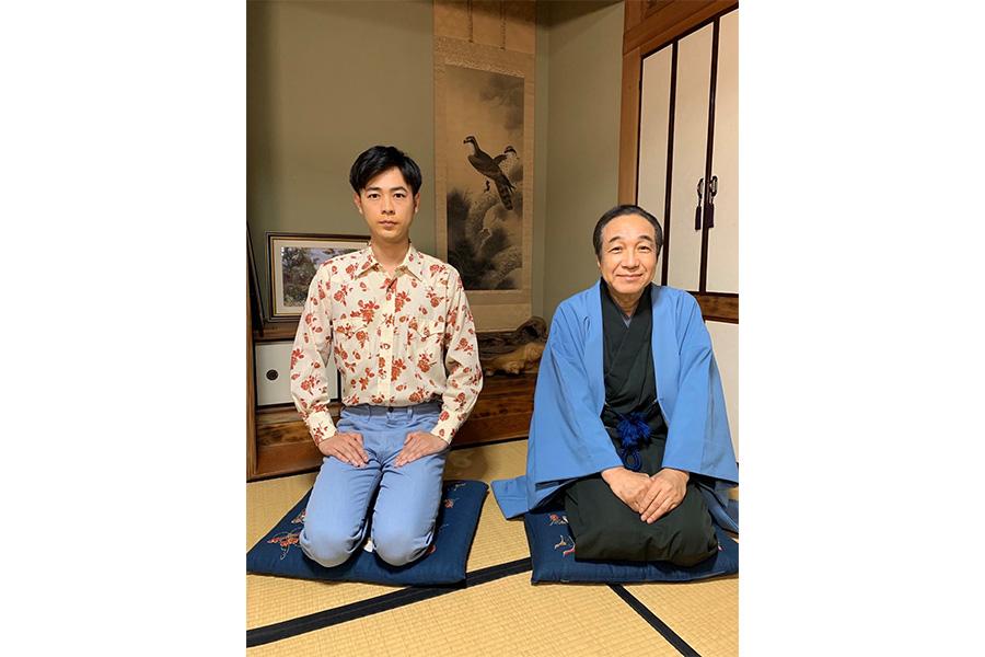 明石家さんまを演じた成田凌、笑福亭松之助師匠役の小日向文世 (C)日本テレビ