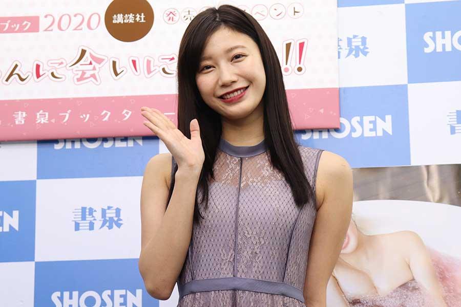 カレンダーの発売記念イベントを行った小倉優香