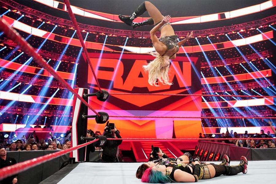 ムーンサルトプレスも得意とするシャーロット (C)2020 WWE, Inc. All Rights Reserved.