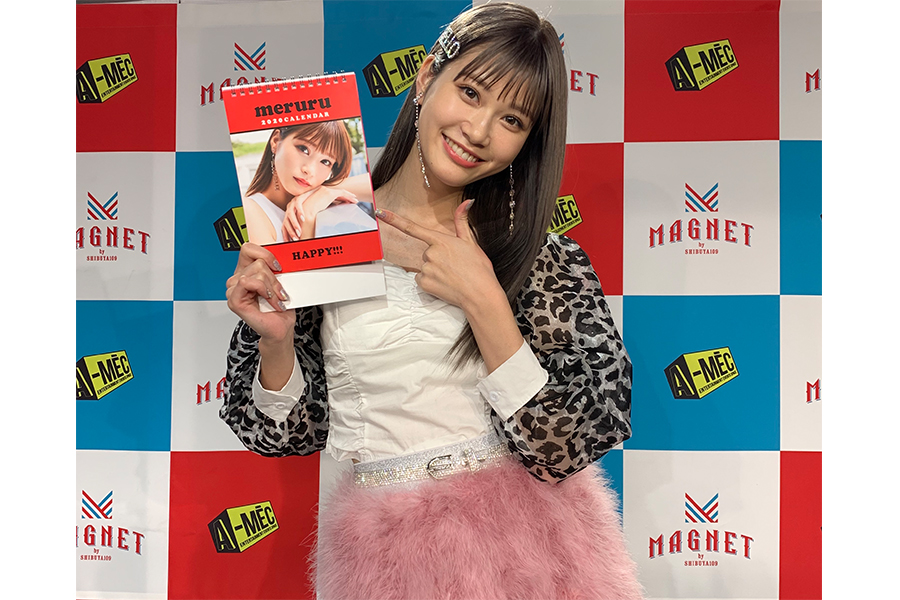 生見愛瑠が初のカレンダーを笑顔でアピール