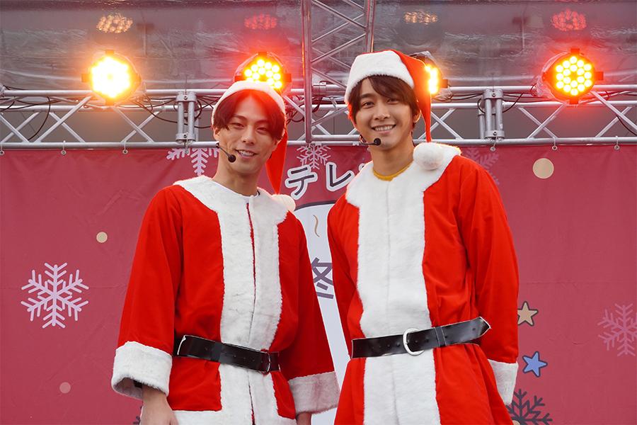 サンタクロース衣装の(左から)劇団EXILE小野塚勇人、佐藤寛太  (C)テレビ東京