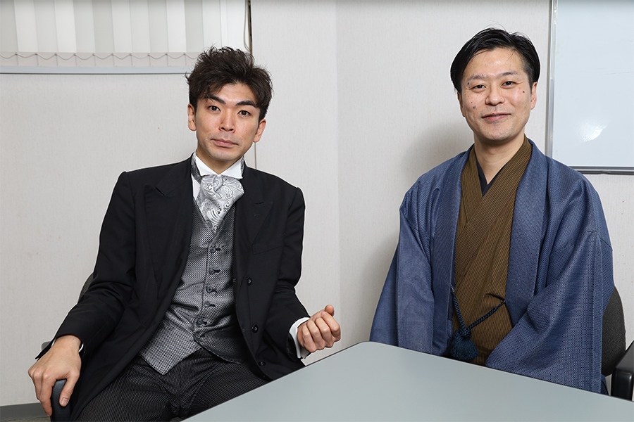 活動弁士の坂本頼光さん(左)と片岡一郎さん【写真:山口比佐夫】
