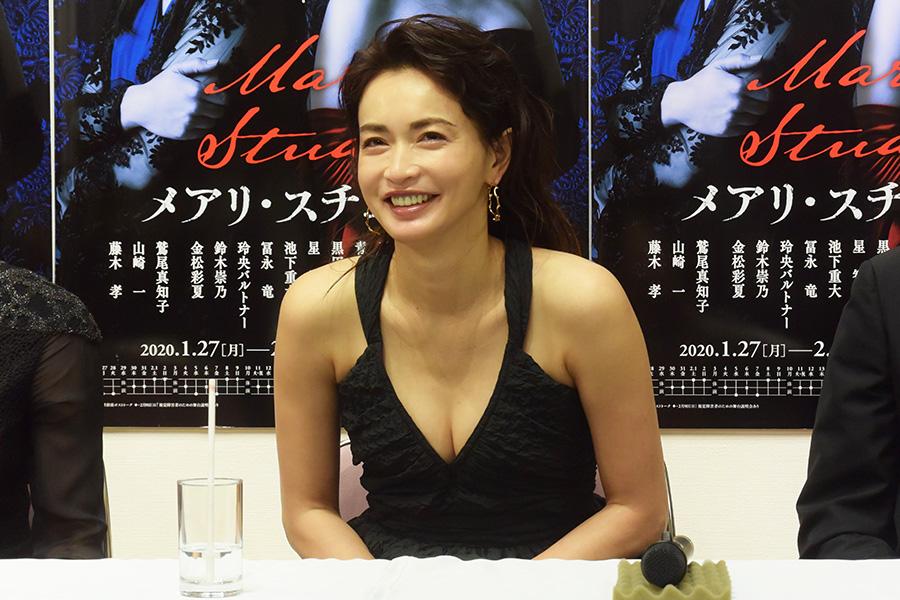 長谷川京子が大胆ノースリーブ黒ドレスで妖艶な笑み 演出家も色気を絶賛