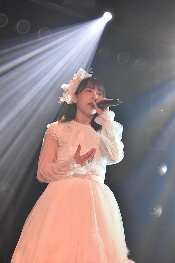 大場美奈は前田敦子のソロ曲「右肩」を披露 (C)AKS