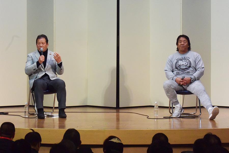 同じ舞台に立った藤波(左)と長州氏