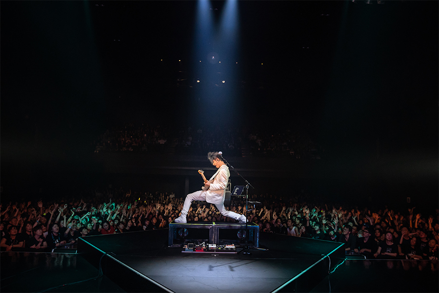 ワールドツアー日本公演FINALでパフォーマンスするMIYAVI