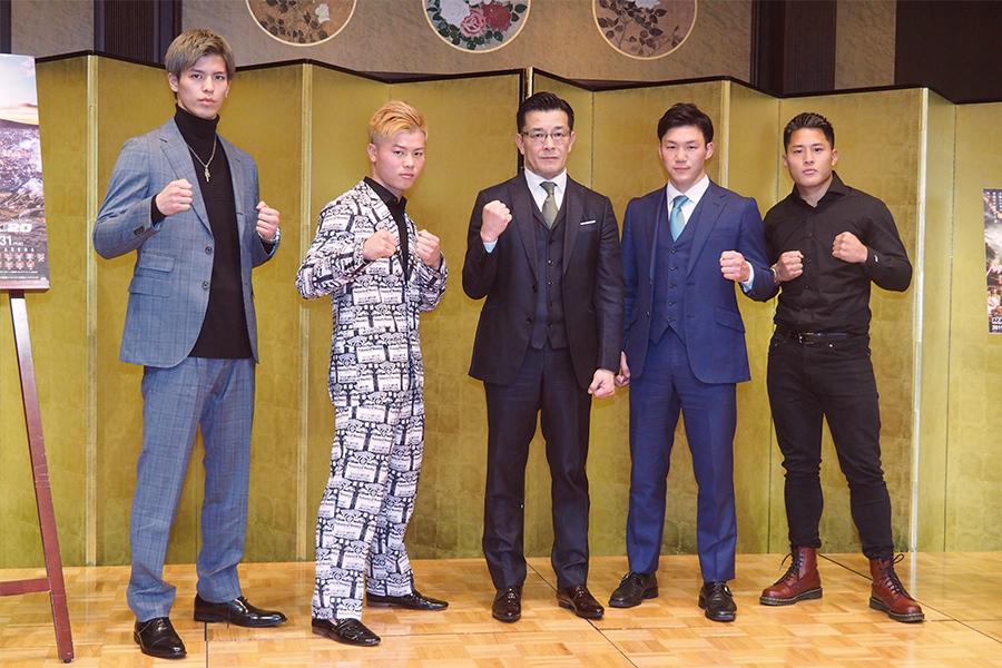 (写真左から)白鳥大珠、那須川天心、榊原信行CEO、江幡塁、大雅