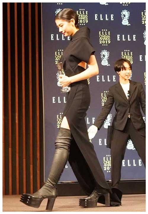 黒のドレスから美脚がチラリ! スタイル抜群の佐久間由衣