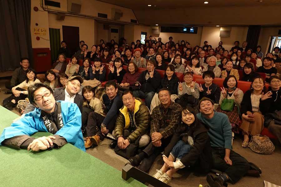 阪本順治監督(手前左)は法被を着て、観客と一体となった