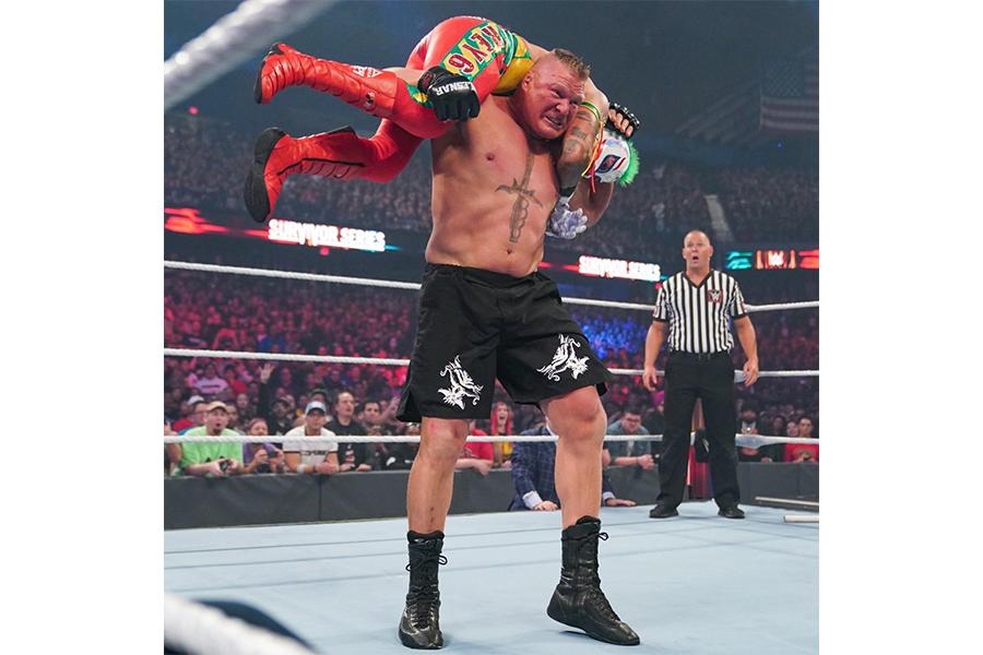 ブロック・レスナーとレイ・ミステリオ (C)WWE