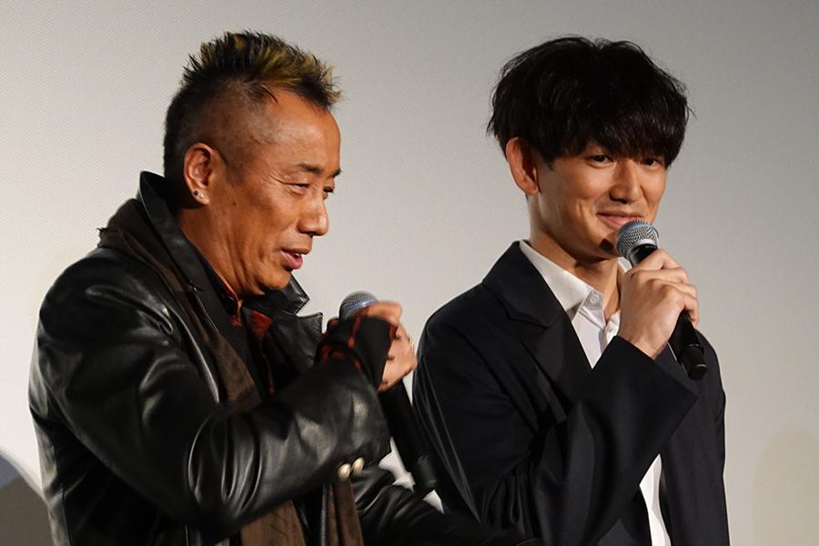 舞台挨拶で撮影秘話を語る長渕と瑛太