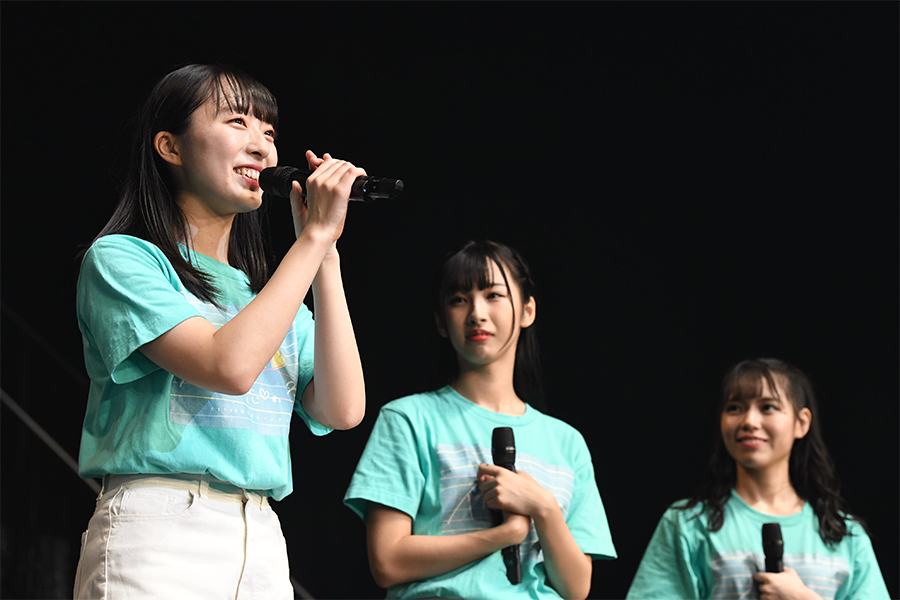 新キャプテンに選ばれた今村美月(左) (C)AKS