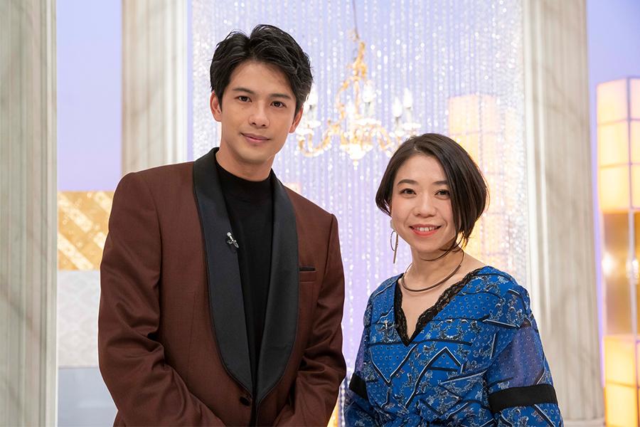 スタジオゲストの森崎ウィンと高橋あず美 (C)NHK