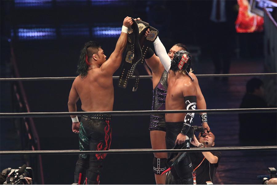 NEVER無差別級6人タッグ王座を奪取したL・I・Jの3人【写真:山口比佐夫】